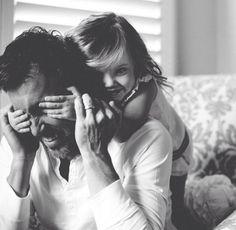 Idee/Inspiration für ein Familienfotoshooting: Papa/Mama die Augen einfach zuhalten! Fotoshooting - Familie - Familienfoto - Liebe - Familienfotografie - Shooting - natürlich - authentisch - drinnen - zuhause - indoor - schwarz-weiß - spielen vanessasblickwinkel.de