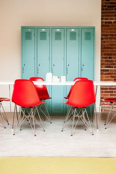 Retro office space with red Eames chairs, aqua blue lockers, and clean white walls and table Home Interior, Interior Architecture, Interior Design, Interior Office, Design Bestseller, Turbulence Deco, Cafe Chairs, Red Chairs, Commercial Interiors