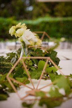 esküvő dekoráció, geometrikus, borostyán futó