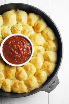 Panie i Panowie, przedstawiam jedno z najlepszych dań imprezowych! Mięciutkie bułeczki z nadzieniem w stylu pizzy. Nie dość, że wyglądają pięknie, są… Finger Foods, Cornbread, Macaroni And Cheese, Crockpot, Food And Drink, Appetizers, Pizza, Baking, Ethnic Recipes
