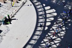 27. Sol y sombra. Visitando la Torre Eiffel y mirar a la calle se me ocurrió que allí donde uno va siempre hay gente en el tendido de sol y de sombra, esperando. #FotoViajes
