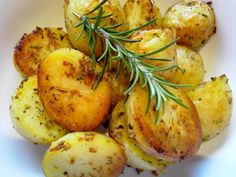 I just love the fragrance of these garlicy potatoes are they are roasting. Use fresh rosemary if you can, it really makes a difference. Rosemary Roasted Potatoes, Roasted Potato Recipes, Crispy Potatoes, Vegan Foods, Vegan Vegetarian, Perfect Roast Potatoes, Potato Side Dishes, Gluten Free Dinner, Dinner Sides