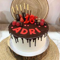 A la tarta de Dripp de  chocolate le puedes implementar la deco que mas te guste #celebrandolavida #belloybueno #somoselpostre