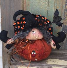 Prucilla is a ginger creek crossing pattern. She is 14 inches wide and 11 inches tall . She is handsewn using Halloween calicoes great doll for all you wreath makers out there 😍 Halloween Sewing Projects, Easy Halloween Crafts, Halloween Quilts, Halloween Drawings, Halloween Doll, Halloween Ornaments, Halloween Ghosts, Holidays Halloween, Vintage Halloween