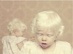 Albinos is a beautiful photo essay of people with albinism started in 2009 by Brazilian photographer Gustavo Lacerda. Bebe Albino, Albino Girl, Albino Twins, Diane Arbus, Modelo Albino, Beautiful Children, Beautiful People, Simply Beautiful, Melanism