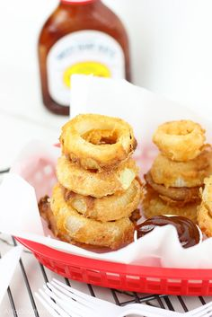 Crunchy, crispy, and barbecue-y! These BBQ + Buttermilk Onion Rings are easily made at home with just a few simple ingredients (barbecue included) in minutes! Side Recipes, Real Food Recipes, Cooking Recipes, Vegetarian Recipes, Vegetable Recipes, Good Food, Yummy Food, Butter, Onion Rings