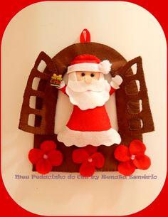 Um lindo e delicado enfeite para decorar a sua porta de casa e encantar suas visitas neste Natal.  Os detalhes e cores podem ser alterados de acordo com o pedido.   Toda feita à mão, em feltro com enchimento de fibra siliconada, inclusive a base.