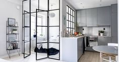 Un apartamento con paredes de cristal