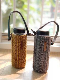 50분 밴드초대 완료했습니다 케이블스티치를 처음 떠보시는 분들은 어깨나 손에 힘이 들어가고어려울 수 ... Crochet Cup Cozy, Crochet Yarn, Crochet Stitches, Knitting Patterns, Sewing Patterns, Crochet Patterns, Yarn Thread, Bottle Holders, Knitted Bags
