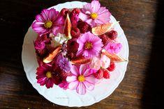 Biscuit met frambozenbavarois, bloemensiroop, afgewerkt met vijgen, framboosjes en eetbare bloemen. Happy Flowers, Biscuits, Homemade, Cake, Desserts, Food, Crack Crackers, Tailgate Desserts, Cookies