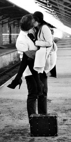 Credo di essermi innamorata di lui fin dal primo momento.Non saprei spiegare perché.Chi lo sa.A volte accade.Quando gli occhi di una persona non si limitano a guardarti,ma ti assorbono,ti introducono in un tunnel dove puoi soltanto abbracciarti alla vertigine.