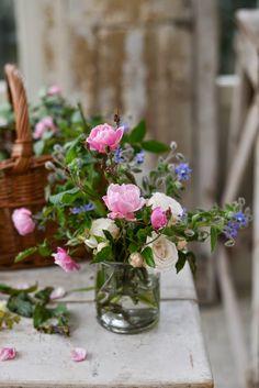 Questa mattina mi guardo da lontano come quando si compone un mazzo di fiori : sposto, aggiusto e tolgo quel che stona.   Ho la mia lista d...