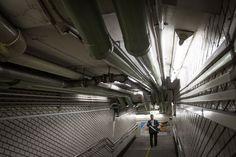 """虎ノ門駅官庁街に近く、乗降者数も多い。""""配管むき出し率""""が高く、味わい深さが漂う天井に何本もの配管が走る連絡通路"""