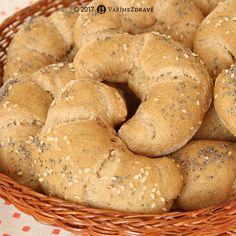 """Ráda se vracím ke kváskovému pečení. Je to radost, když se dílo podaří a vytvoříte něco co znáte z obchodu se zdravou výživou. I když velikostí kupovaným špaldovým rohlíkům nemohu konkurovat, na druhou stranu mne těší, že mají stejnou chuť a vypadají více """"rohlíčkově"""":-) Bread Bun, How To Make Bread, Bagel, Food And Drink, Low Carb, Baking, Diet, How To Bake Bread, Bakken"""