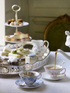 Roslyn — comtesse-du-chocolat: Enjoy your afternoon tea! Coffee Time, Tea Time, 5 O Clock Tea, English Afternoon Tea, Tea Places, Afternoon Tea Parties, Cuppa Tea, My Cup Of Tea, Tea Cup