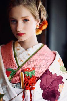 あゆみブライダル AYUMIBRIDAL kimono kyoto japan 色打掛 手描友禅 着物 白地 瑞雲飛翔宴舞 photographer : inamura masato【婚礼衣裳レンタルショップ京都】#あゆみブライダル#引振袖#色打掛#花嫁きもの#花嫁着物#和婚#着物#和装ヘッド#フラワーヘッド#くろちく# Japan Fashion, Women's Fashion, Yukata Kimono, Wedding Kimono, Japanese Wedding, Hair Setting, Korean Street Fashion, Japanese Beauty, Japanese Kimono