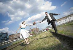 kurzes Hochzeitskleid mit Gürtel in petrol und schwingendem, sommerlichen Rock  (http://www.noni-mode.de)