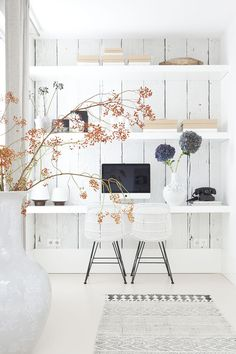 30 Designers secret tips: Wonderful Home Decoration White beautiful desk - house doctor rug - inspiring workspace home office organizing Workspace Inspiration, Room Inspiration, Interior Inspiration, White Desk Office, Home Interior, Interior Design, Interior Work, Floating Wall Shelves, Floating Table
