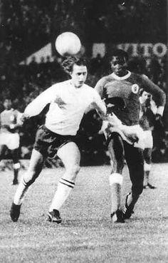 Parijs, 5 maart 1969  (r) van Benfica probeert de Ajacied Johan Cruijff te stoppen bij eenval op het doel van Benfica in de tweede wedstrijd van de halve finale om de EC te Lissabon.