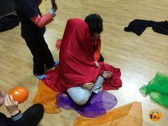"""YaiYoga: Técnicas para trabajar la rabia con niños: La roba vermella simbolitza la rábia q no ens deixa veure. Surt de la caixa """"Estic enfadat"""""""