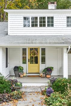 Front Door Paint Colors to Create Gorgeous Curb Appeal Exterior Door Colors, Front Door Paint Colors, Painted Front Doors, Exterior Doors, Exterior Design, Modern Farmhouse Exterior, Farmhouse Front, Farmhouse Decor, House Architecture Styles