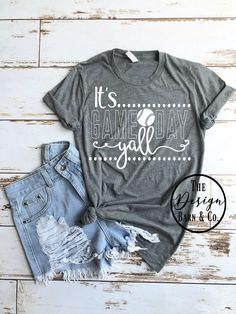 Il est temps de jouer Yall © THE ORIGINAL – T-shirt graphique pour baseball T-shirt graphique pour femme T-shirt baseball Maman Baseball Shirt, Sports Mom Shirts, Softball Shirts, T Shirts For Women, Softball Quotes, Softball Cheers, Softball Bows, Basketball Quotes, Girls Softball, Golf Quotes
