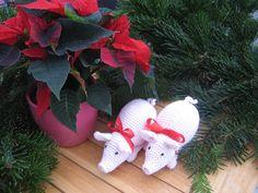 hæklet grise 14 cm , søde til leg, eller som mandelgave, kan også hænge til pynt på juletræet . Dansk hækleopskrift