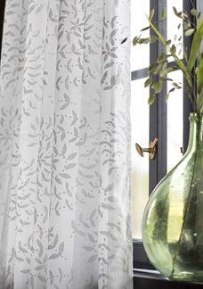 Un rideau simple avec élégant motif serpentin imprimé sur un agréable voile de coton biologique, fin et aérien. Liens à nouer en haut pour s'adapter à différents types de tringles. Un rideau simple avec élégant motif serpentin imprimé sur un agréable voile de coton biologique, fin et aérien. Liens à nouer en haut pour s'adapter à différents types de tringles.