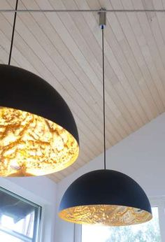 GULLSKINN: Bruk lamper til å skape stemning. Disse er spesialmontert på et skråtak. Du kan få fagfolk til å tilpasse lampeopphenget.