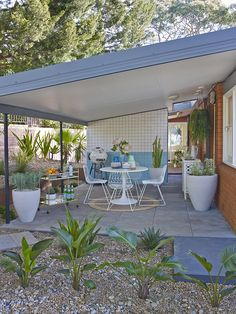 How to turn your carport into an outdoor oasis mid-century . - How to turn your carport into an outdoor oasis Mid-century outside - Architecture Exterior, House Exterior, Better Homes And Gardens, Mid Century Exterior, Mid Century Furniture, Outdoor Spaces, Modern Patio, Mid Century Modern House, Modern House