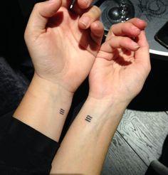 Sœurs de tatouages du signe mathématique de la congruence. Nous avons le même sang, mais nous sommes des personnes différentes...—addarifrancesca