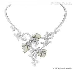 Collier Romantic Flowers       Nacre blanche et diamants.