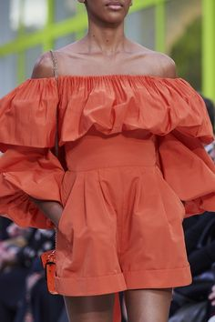 Mar 2020 - The complete Valentino Spring 2020 Ready-to-Wear fashion show now on Vogue Runway. 2020 Fashion Trends, Spring Fashion Trends, Fashion 2020, Look Fashion, Spring Summer Fashion, Runway Fashion, Fashion Show, Fashion Outfits, Womens Fashion