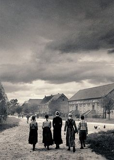 Das weisse Band/ the white ribbon - Michael Haneke Great Photos, Old Photos, Michael Haneke, Still Frame, Film Images, Still Photography, Film Inspiration, The Great Escape, Cinema Movies
