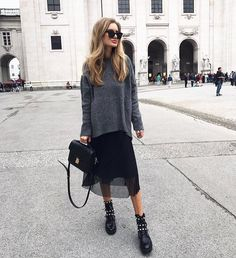 Oversized sweater, plaid skirt and biker boots for autumn style. Fall Fashion Outfits, Mode Outfits, Look Fashion, Casual Outfits, Womens Fashion, Look Office, Image Fashion, Outfit Invierno, Outfit Look