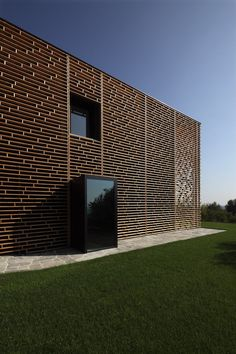 Casa a Morchiuso via Archilovers. man, I love that facade detail