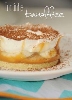 Banoffee vem da junção de banana + toffee (caramelo) e uma das minhas tortas favoritas! Eu não sou muito fã de base de bolacha, então adaptei para uma patê sucrée, que já aprendemos a fazer aqui. I…