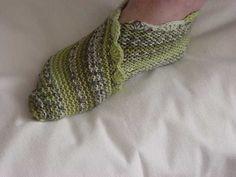 Pantofole lavorati ai ferri con modo facile: in fatti si fa un rettangolo che dopo si piega come dimostrato sulle foto. Niente di più facile!   Se si vu