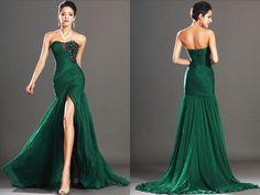Robe de gala longue, mousseline de soie plissée brillante vert sapin avec buste décolleté dentelle noire et fente devant dévoilant les jambes