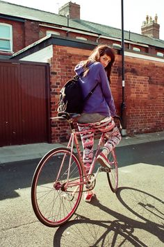 I like FIXED GEAR GIRL TAIWAN! Bicycles Love Girls. http://bicycleslovegirls.tumblr.com/