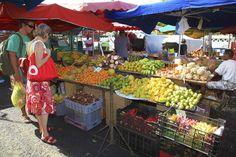 Sur la côte ouest de lîle de La Réunion, la ville de Saint-Paul est le cadre, chaque semaine, de lun des plus beaux marchés de lîle.