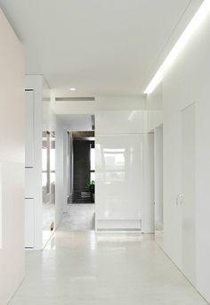 White hallway, apartment in Moscow by AI-Studio _  so oder so ähnlich auch bei www.okifree-raumsysteme.de erhältlich