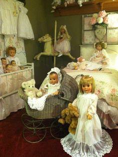 What a perfect lil doll room Dollhouse Dolls, Miniature Dolls, Girl Dolls, Baby Dolls, Retro, Doll Display, Valley Of The Dolls, Creepy Dolls, Old Dolls
