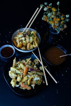 Crispy breaded tempura vegetables with sour-hot plum sauce / sticky breaded tempura vegetables with a hot and sour plum sauce Superfood, Asian, Vegetarian, Snacks, Side Dishes, Recipes, Dairy, Hot, Free