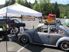 Pinstriping a hoodride volkswagen beetle at a show. Hoodride bug.  #vanepinstriping