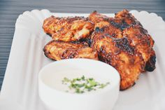 würzige Bio Chicken Wings mit Bio Blauschimmelkäse-Dip Organic Recipes, Ethnic Recipes, Snacks, Tandoori Chicken, Chicken Wings, Dips, Food, Most Popular, Food Food