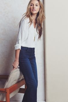 Frühjahr - casual chic - blaue Schlaghose, weiße Bluse