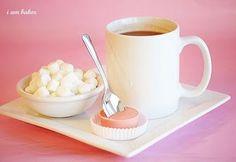 Para adoçar o café, que tal chocolate na colher? Derreta o chocolate, coloque num copinho de plástico e leve ao congelador por uma hora.