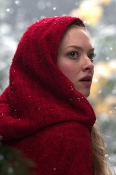 Amanda Seyfried: 'Red Riding Hood' – FIRST LOOK! Check out these first look shots of Amanda Seyfried starring in the title role in the upcoming flick Red Riding Hood, a dark retelling of the classic story. Red Riding Hood 2011, Musica Pop Rock, Amanda Seyfried Hair, Hood Wallpapers, Movie Wallpapers, Marie Fredriksson, Billy Burke, Hansel Y Gretel, 2011 Movies
