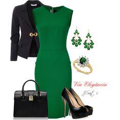 Vestido tubinho acinturado verde bandeira, acompanhado a um blazer justo e acinturado, com um feixe dourado, bolsa e sapatos na cor preta.